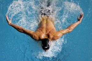 un-homme-qui-pratique-la-natation-l-un-des-5-meilleurs-sports-pour-maigrir-vite