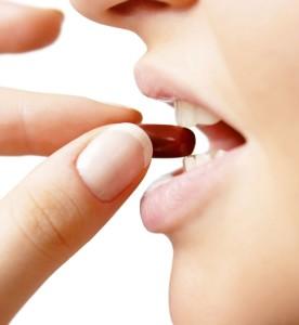 femme-mangeant-une-pilule-minceur-apres-avoir-dercypter-une-etiquette-d-une-pilule-pour-maigrir