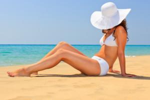 une-femme-dans-une plage-apres-avoir-reussi-a-maigrir-avant-l-ete